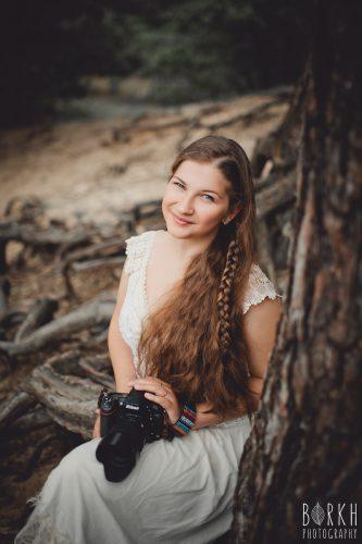 Portrait Milena, Fotografin von PhotoGravity mit Kamera